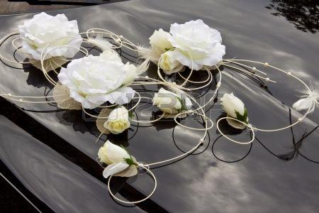 Fiori bianchi sul cappuccio nero - decorazione di nozze.