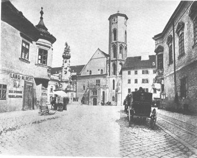 A Szentháromság tér képe az átépítés előtt, még zártsorú templommal, toronyórával