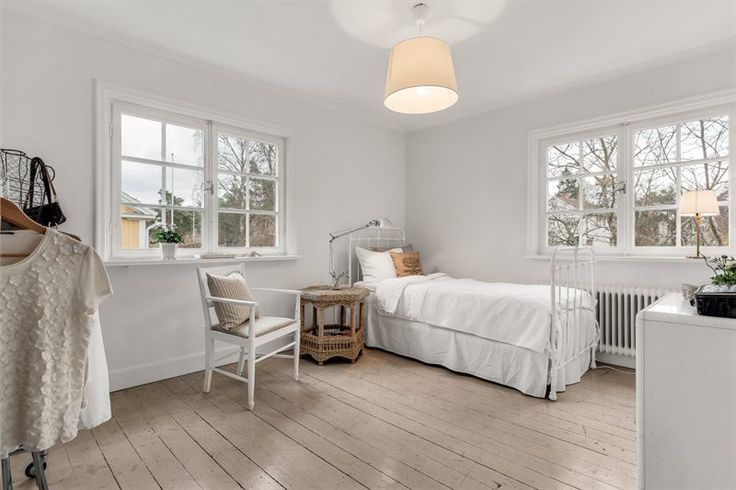 Sovrum med fönster i två väderstreck