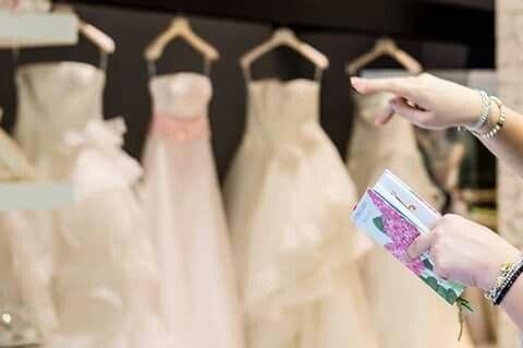 ...incomincia tutto da questo piccolo libro... #wedding#love#sposa# dress#weddingphotohrapher#momentinfinity#rossaranciofotografia www.rossarancio.it