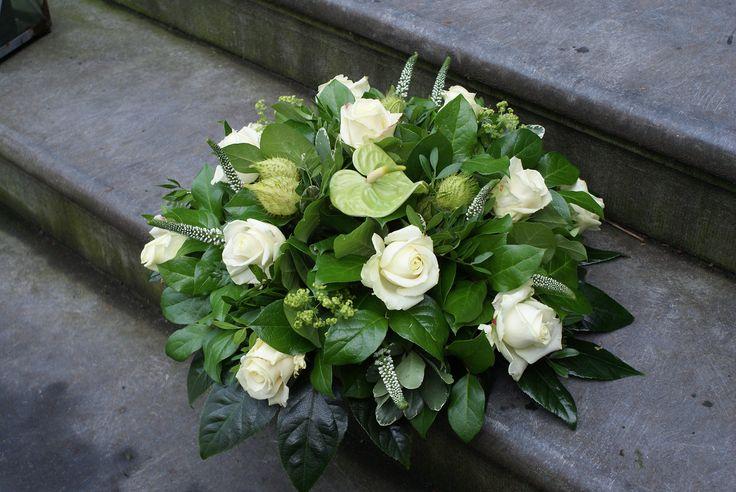 Rouwwerk van Bloematelier Fleur & Geur. Witte rozen gecombineerd met groene Anthurium.