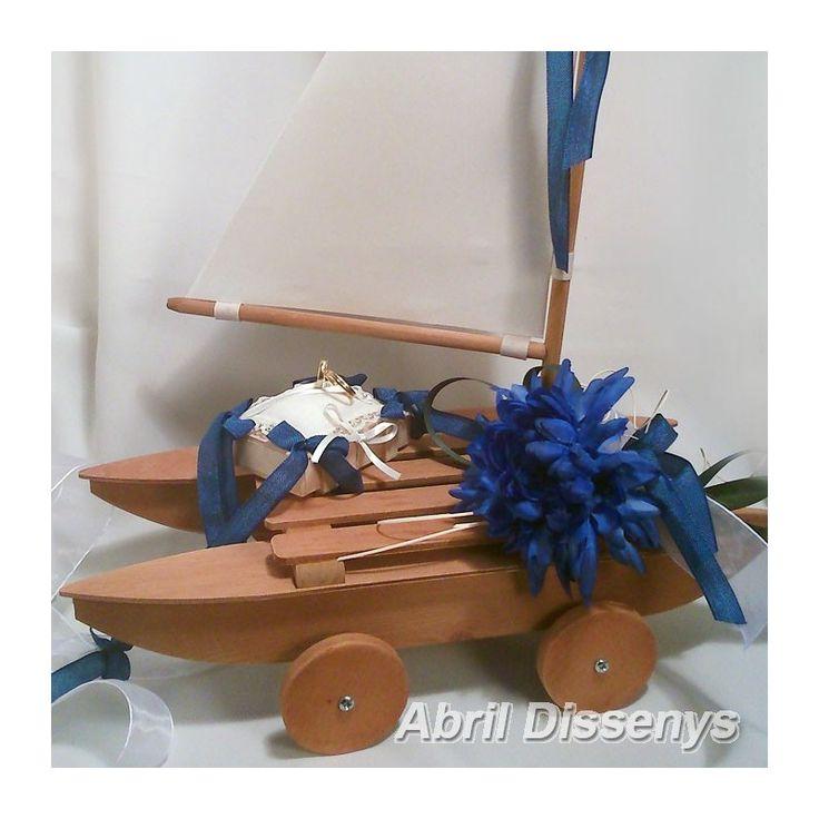 Barco de marquetería para anillos adornado con dalias azules. Barco catamarán ideal como porta anillos.