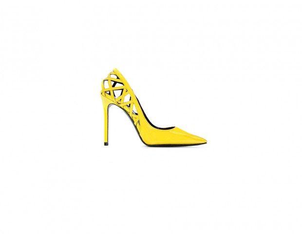 Festa delle donne: look giallo mimosa. Décolleté in vernice gialla di Simone Castelletti