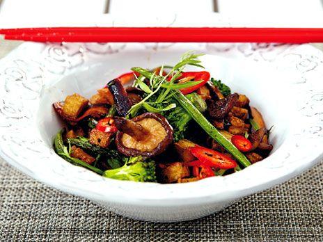 En snabblagad och nyttig vegetarisk wok med tofu, broccoli och shitakesvamp. Recept från boken LCHQ.