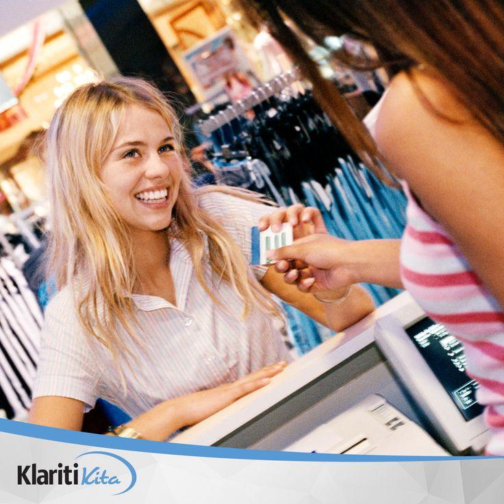 Selain untuk mempermudah pembayaran, kartu kredit juga sering mengadakan promo yang bisa menghemat pengeluaran Anda ketika berbelanja. Maka dari itu, jangan malu atau sungkan untuk menanyakan potongan harga produk yang Anda butuhkan jika membeli menggunakan kartu kredit yang Anda pegang kepada sales atau kasir, ya.