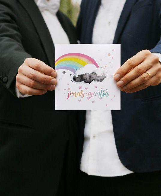 Happy wedding invitation  Glad bröllopsinbjudan i akvarell och tusch designad av Kitty Störby Jutbring för Tryckstudion // Inbjudningskort med illustrerad regnbåge och  brudparets namn i akvarelliga regnbågsfärger // Perfekt till gaybröllop, det färgsprakande bröllopstemat och andra glada tillställningar!  #design #inbjudningskort #illustrerad #happy #gay #regnbåge #bröllop