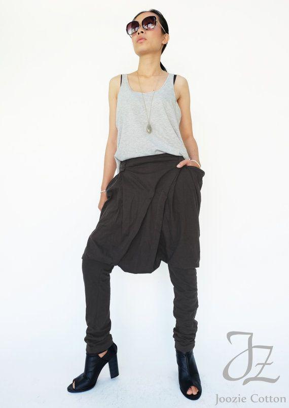 Lujo el entrenamiento après lleve con este fresco ocasional frente plisado pantalones de Aladdin.  * Estilo tirar-en. * Elástico de la cintura. * Caída de estilo de la entrepierna con los pantalones en forma de globo. * Detalle del frente con pliegues. * Presillas. * Bolsillos laterales. * Pierna cónica.  Medidas aproximadamente: Cintura: cintura elástica de 28(71 cm.) hasta 44 (112 cm). Cadera: 44(112 cm). Dobladillo: puede estirar el brazalete de 12 pulgadas (30,5 cm) hasta 14 pulgadas…