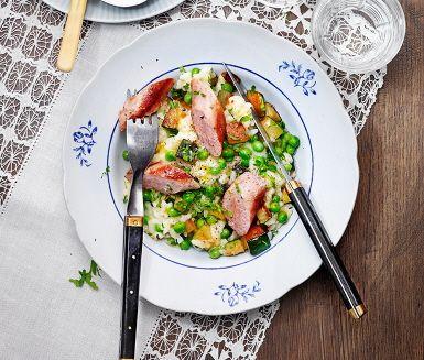 En fyllig och mustig risotto som är enkel och riktigt mättande. Avrunda med smör och parmesan för en riktigt krämig risotto, och blanda ner ärtor och zucchini. Salsiccia ger mycket smak till riset. Receptet är signerat Paolo Roberto, gästkock i ICA Matkassen Inspiration.