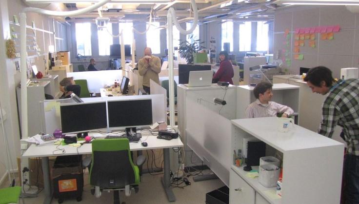 Tässä maisemassa työskentelevät yhdessä sekä liiketoiminnan että verkkopalveluiden kehitystiimit. Tyhjät työpisteet odottavat tekijöitä! Talo tarjoaa tekijöille myös parhaat työkalut, omia ei tarvitse töihin tuoda. Hae: http://careers.fi/yle/careers.cgi?careers_language=fin