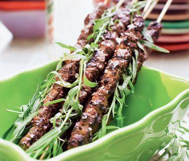 Rödvinsgrillad rostas - Portioner:  10 spett 600 g rostasfilé 1 sats marinad (se nedan) salt och peppar. Marinad:1/2 rödlök 1 vitlöksklyfta 2 dl rödvin 4 tsk finhackad färsk dragon eller torkad dragon (4 tsk färsk motsvarar 2 tsk torkad) 2 tsk finhackad färsk timjan eller torkad timjan (2 tsk färsk motsvarar 1 tsk torkad) 1 krossat lagerblad 1 tsk grovmalen svartpeppar