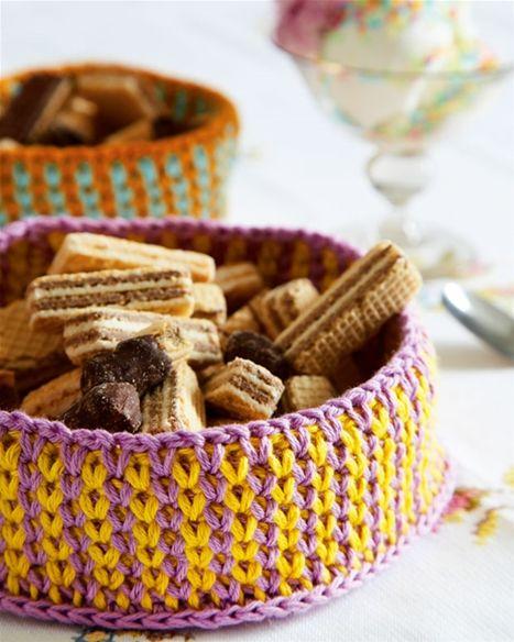 Hæklede kurve kan bruges til meget. Her er den brugt som brødkurv og kan vaskes.