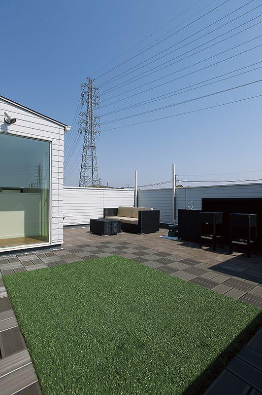 屋上庭園には、バーカウンターと外用スピーカー&100インチスクリーンを搭載