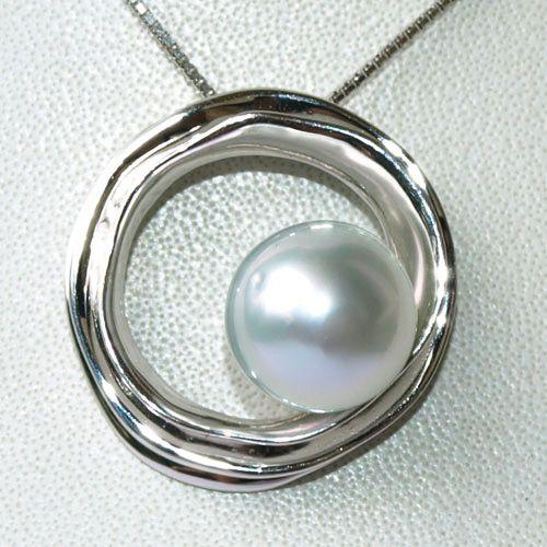 ブルーに輝く、美しいホワイトカラーの南洋白蝶真珠。テリがとても美しい~。 スタイリッシュでおしゃれなペンダントです!