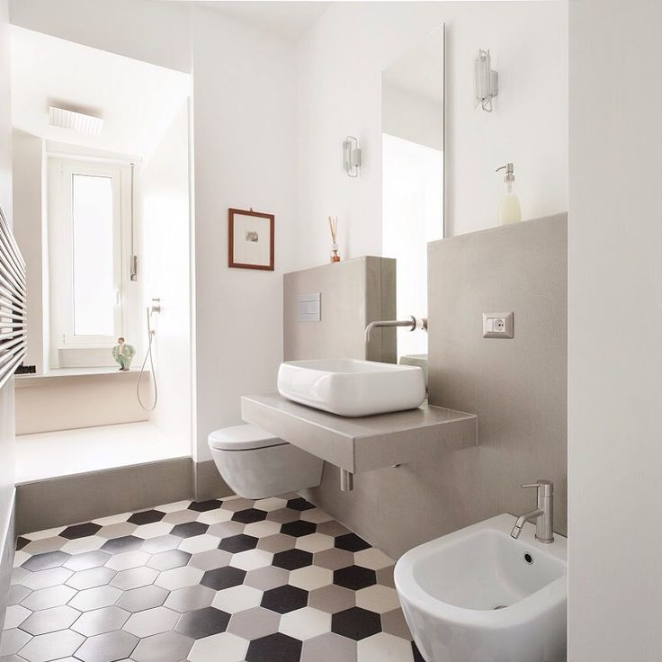 #Eyecatcher in this modern #bathroom are clearly the #contemporary, #hexagonal #tiles in neutral tones of white, grey and black. #Design by Studio Q. Find the perfect look for your #home with the help of #homify!  #modernbathroom #bathroomgoals #bathroomideas #bathroomdesign #dreambathroom #modernliving #tile #tiling #interior #moderninterior #moderndesign #interiordesign #bathtub #bath #shower #inspiration #designinspo