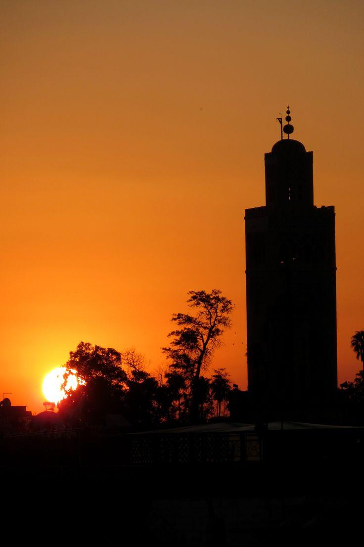 Coucher de soleil derrière la Koutoubia (mosquée construite au XIIe siècle), à Marrakech, Maroc.