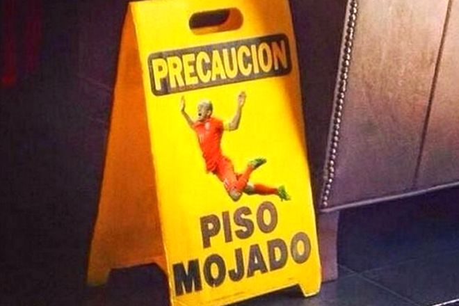 Placa indica piso molhado usando imagem do jogador holandês Robben - Blue Bus