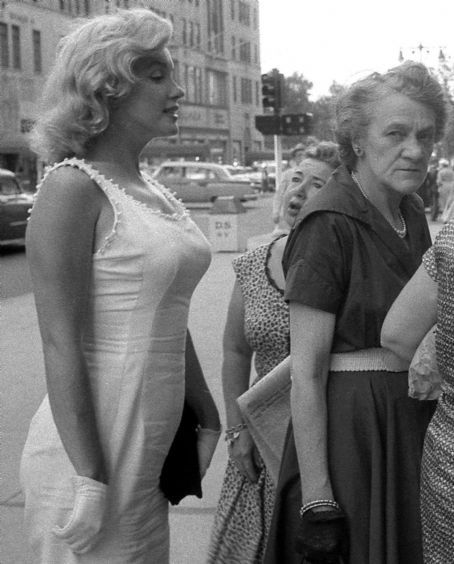 Marilyn Monroe in NYC c. 1957. The expressions on the other women's faces are priceless! Photo: Sam Shaw.