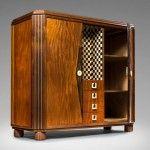 """1930 yılı Fransız Art Deco dönemine ait başarılı bir antika dolap. Dönemin ünlü çağdaş tasarımcısı Charly Bounan tarafından yapılmıştır.  Art deco sanat akımının sade ve geometriksel çizgi anlayışını başarıl bir şekilde yansıtan Charly """"Revisited"""" isimli bu mobilyada dönemini en güzel bir biçimde anlatmıştır."""