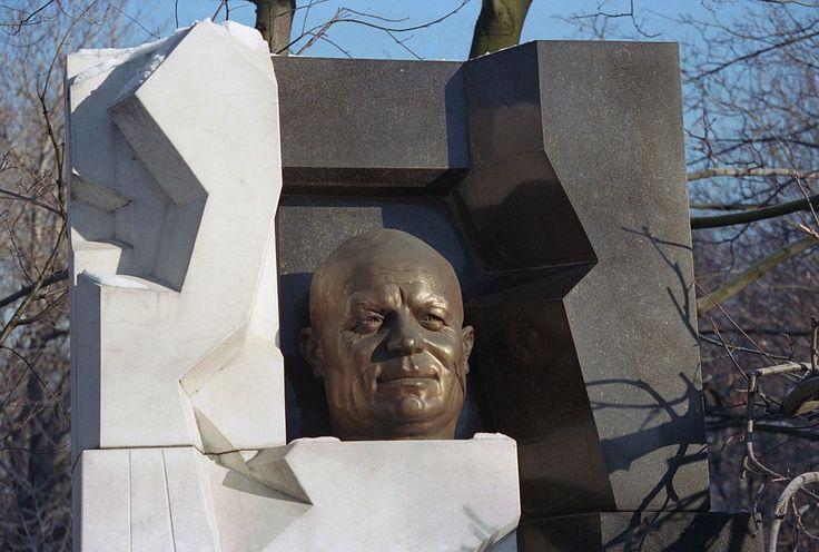 http://s10.stc.all.kpcdn.net/share/i/4/1156899/wx1080.jpg  Памятник на могиле Н.С. Хрущева, 1995 год.