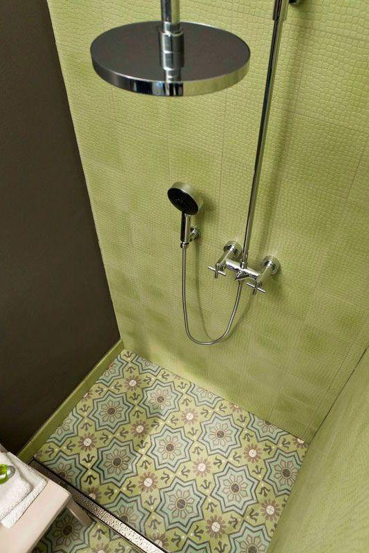 Tolle Dusche mit gleich zwei Sorten toller Fliesen – Zementmosaikplatten von VIA Platten. Die frische grüne Farbe und das Muster der Boden Fliese b…
