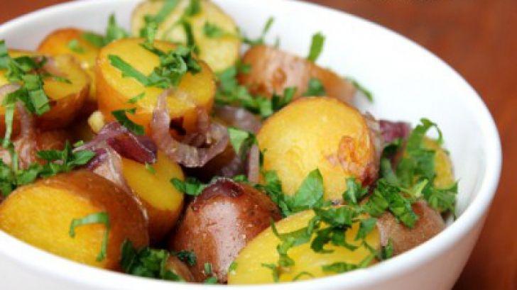 Salată caldă de cartofi cu ceapă