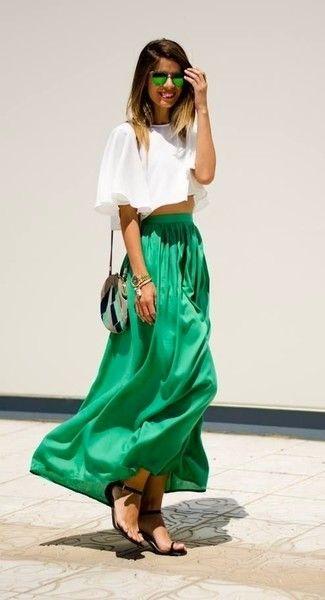 Look de moda: Top Corto Blanco, Falda Larga Plisada Verde, Sandalias Planas de Cuero Negras, Bolso Bandolera de Cuero Gris