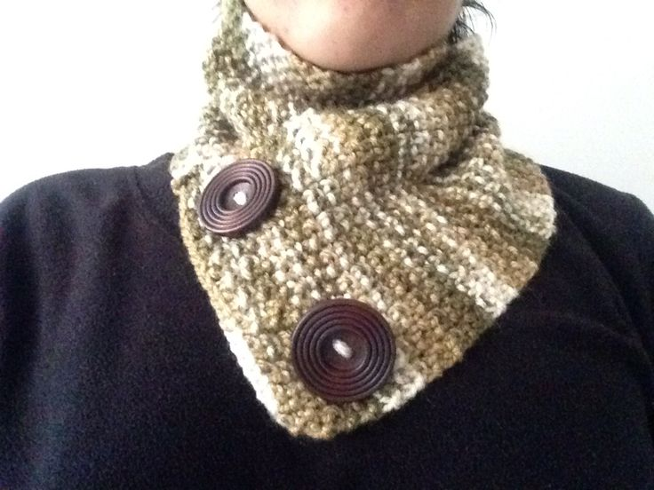 Cuello de lana con botones de maderas  Ideal para este invierno