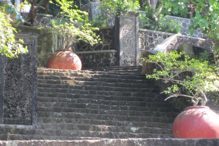 tangga menuju ke puncak makam seniman