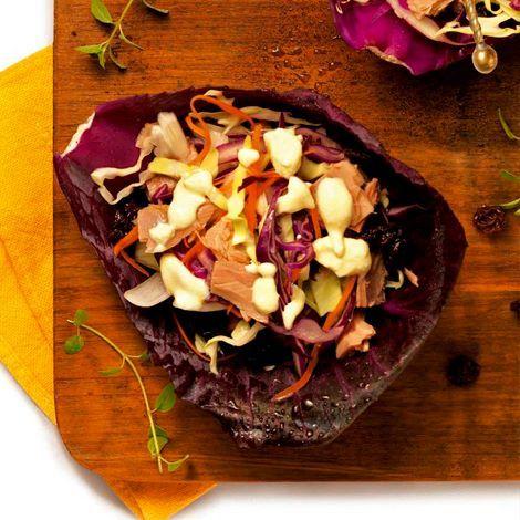 Receita:  salada de atum Ingredientes 2 xíc. (chá) de repolho-branco cru cortado em fatias finas 2 xíc. (chá) de repolho roxo cru cortado em fatias finas 2 col. (sopa) de cebola picada 1 litro de água fervente ½ cenoura média ralada ½ xíc. (chá) de uvas-passas 2 latas de atum sólido em água Modo de preparo Coloque os repolhos e a cebola em uma peneira grande ou em um escorredor e jogue a água por cima. Deixe-a escorrer e espere esfriar. Acrescente a cenoura, as uvas-passas e o atum.