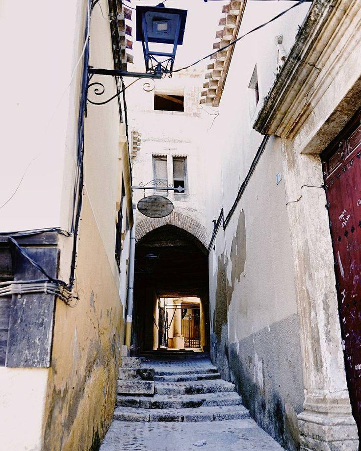 I wanna run I want to hide I wanna tear down the walls That hold me inside. I wanna reach out And touch the flame Where the streets have no name. #tropoUrbanita #streetphotography #streetstyle #street #lamp #stairs #wall #streetphoto #vsco #vscogood #vscogrid #vscohub #vscocam #vscolovers #vscofashion #travelgram #instatrip #travel #trip #sony #sonyA7 #A7 #sonyCamera #sonyAlpha #Alpha #hellocreatividad #camera #mirrorless #latergram #desconexiónhc…