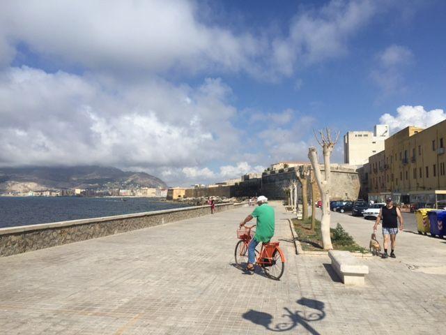 Trapani (Sicília), keď vás sprevádza domorodec.  Trapani je na prvý dojem malé, nudné, na náš vkus trocha zabordelované, ale nesmierne malebné, útulné, rybárske mestečko, v utešenom objatí Stredozemného a Tyrhénskeho mora. Na týchto stránkach bol o Trapani napísaný skvelý blog s užitočnými informáciami, takže vás chcem trápiť s Trapani inak. Ako keby ste tam boli v sprievode domáceho pána.