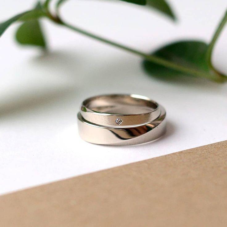 """Обручальные кольца """"Лента Мёбиуса"""" с сочетанием фактуры матовой и глянцевой из белого золота. В женском кольце - бриллиант."""