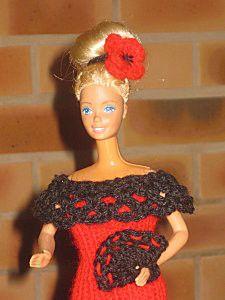 ROBE : Monter 36m en aig No 3 en rouge et tricoter pendant 15 cm en cotes 1/1 et rabattre les mailles. Faire la couture dans le dos. Retourner le travail, et relever avec un crochet 36m en mailles serrées en noir. Sur le rang suivant tricoter 4 brides...