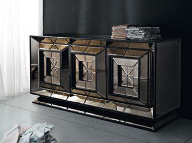 madia buffet nera con ante incastonate di specchi a mosaico geometrico