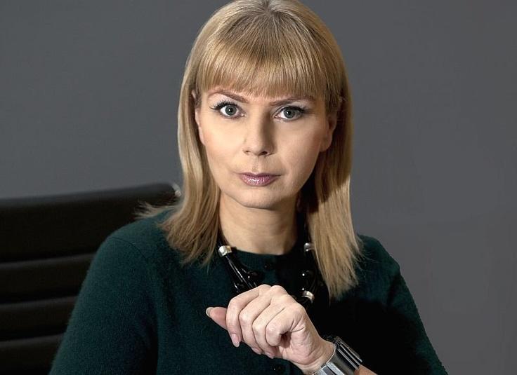 Media lubią pytać, jak sobie radzę jako kobieta, minister i matka trojga dzieci. Że też nikt nie pyta o to mężczyzn ministrów, którzy mają dzieci, albo premiera, którego rodzina mieszka w Sopocie. Ale to mnie, kobietę, pokazuje się jak zjawisko.  Elżbieta Bieńkowska, ministra rozwoju regionalnego, Twój Styl nr 7 (276), lipiec 2013, str. 49.  Fot. MRR, rynek-krajowy.pl