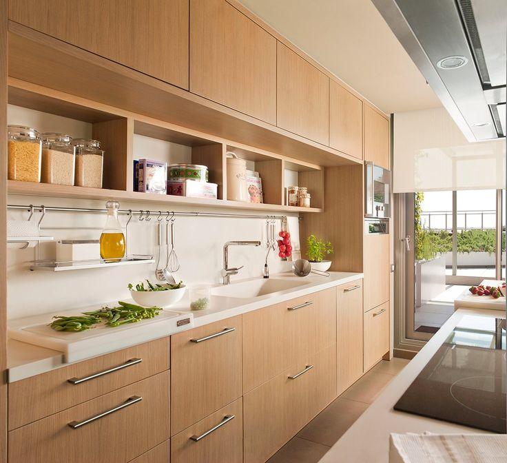 Sacar partido a la pared Planificar los muebles para que aprovechen toda la pared es una buena idea en cocinas pequeñas.