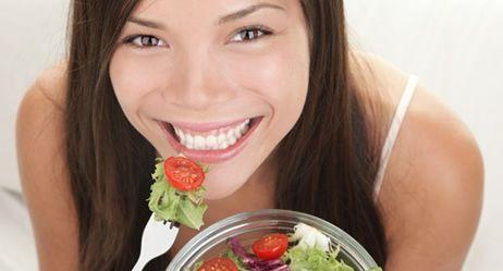 Schlank werden ohne Diät? Das geht! Indem Sie Lebensmittel mit niedriger Energiedichte essen. Selbst süße Sünden sind erlaubt. Und der Jo-Jo-Effekt bleibt aus