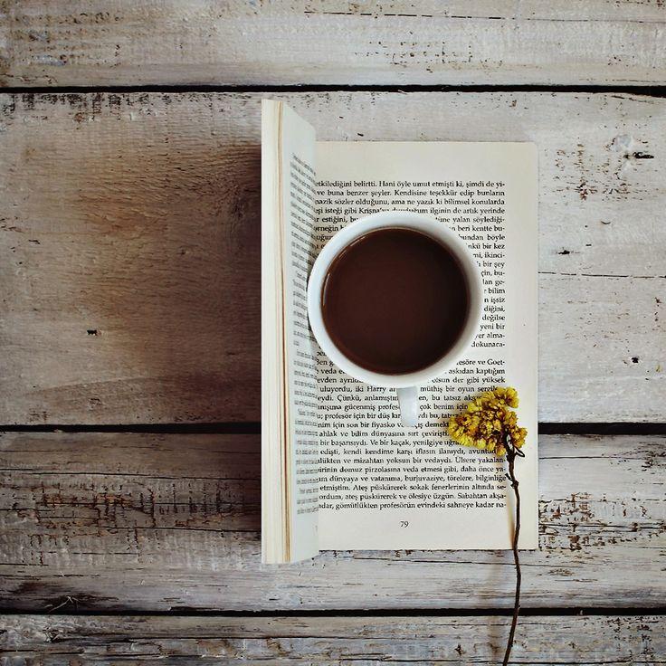 Livro, flor e chá