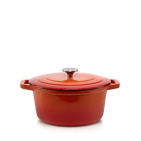 This casserole dish from The Collection is both a functional and stylish kitchen classic. Suitable for stews, pot roasts and baking, it can be used on all hob types.