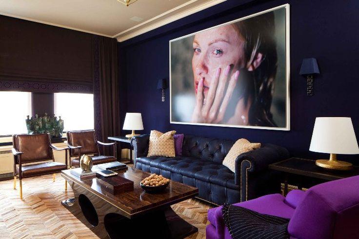 canapé droit Chesterfield, table basse en bois massif, parquet chevron et tableau décoratif