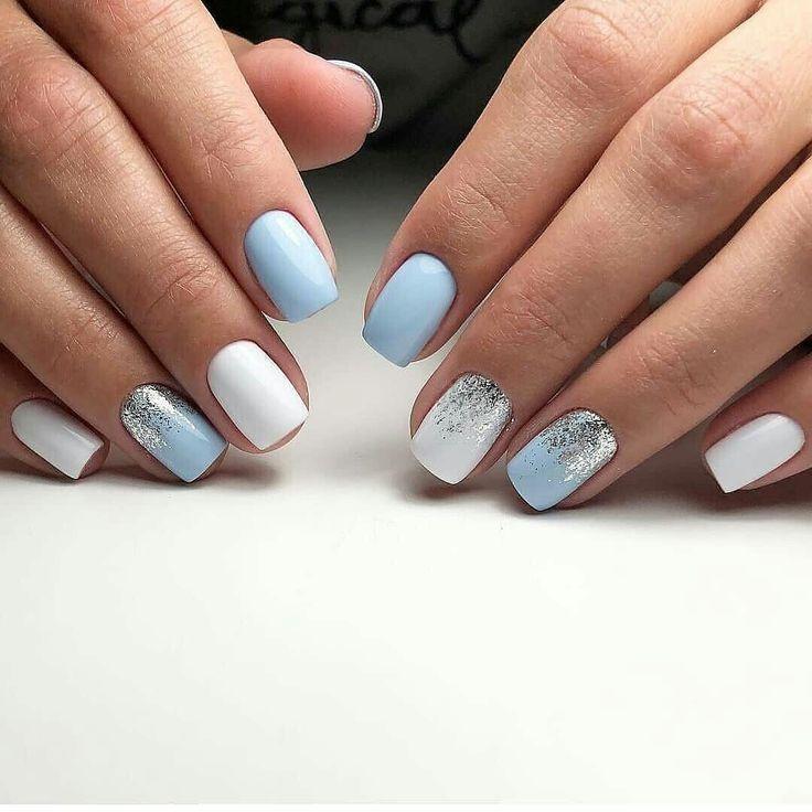 Blaue und weiße Nägel mit Glitzerakzent. Schicke Nägel. Pastellblaue Nägel. Moderne schicke Nägel.