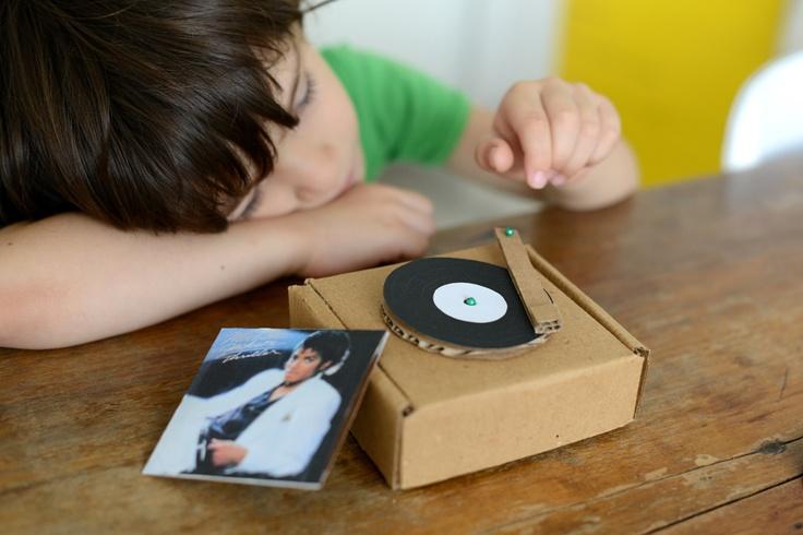 super cute tiny toy record player and records -- Estéfi Machado: Vitrolinha de Papelão * dia de Thriller night!