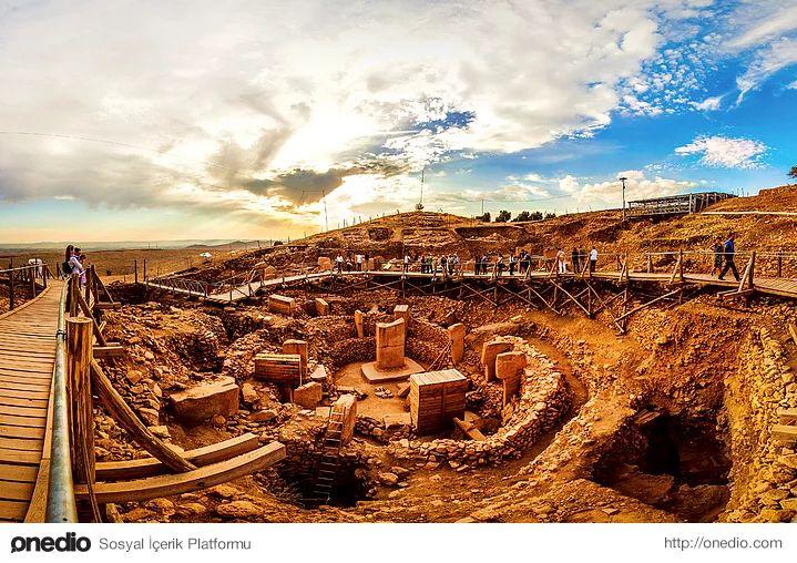 12. Sıvı kullanılarak yapılan törenler:Arkeologlar tapınak kalıntılarındaki  zeminlerinin özellikle sıvıyı geçirmeyecek şekilde yapıldığına dikkat çekiyor. Buradan, törenleri ne olduğu şu an kesinleşmese de bir sıvı (kan, su, alkol v.b.) eşliğinde gerçekleştirdikleri fikri oluşuyor. (Foto: Tunç Süerdaş)