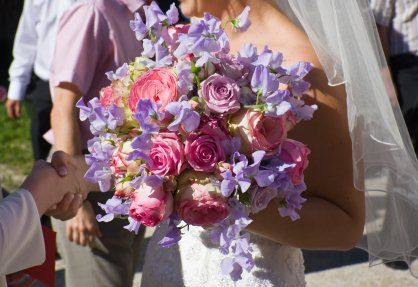 More sweet peas, this time used with lavender and pink roses