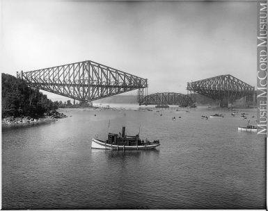 Pose de la travée centrale du Pont de Québec en 1917