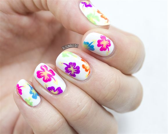 Hawaiian Hibiscus Flower Nail Art by @blognailedit | #pampadour #nailart #nails #nailpolish #nailart