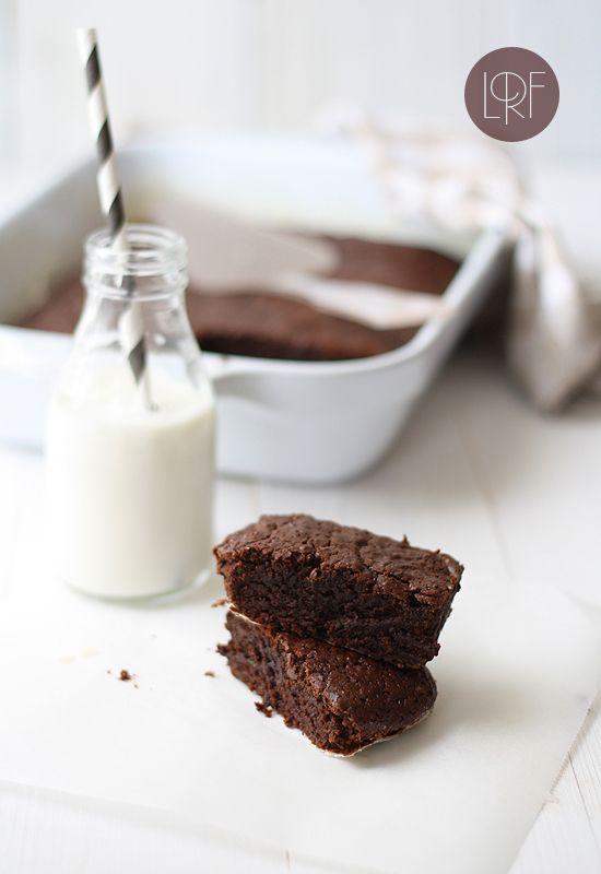 Chocolate zucchini cake, egg/dairy free! Very common ingredients. Definitely trying this. (via La Receta de la Felicidad)