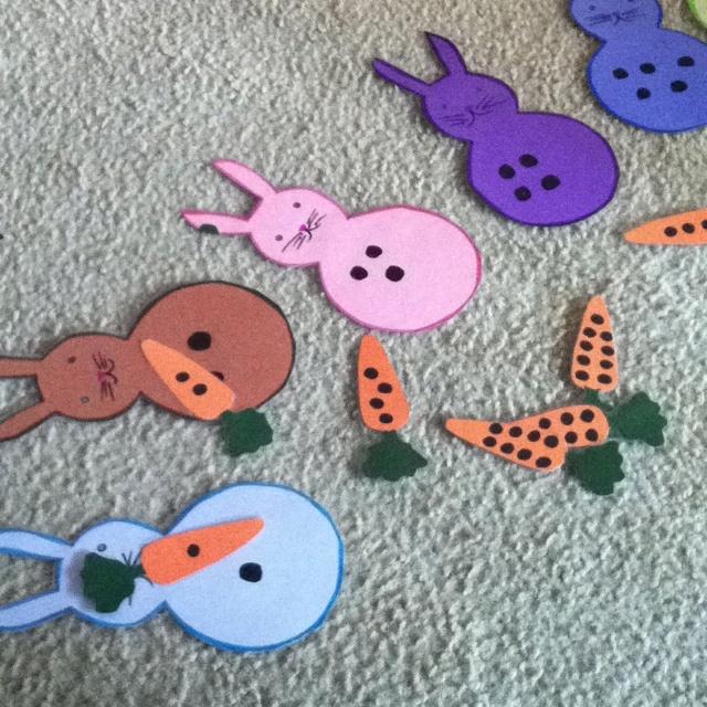 ateliers montesori sur les nombres: donner le même nombre de carottes que le lapin demande