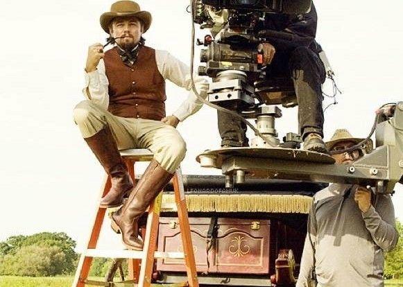 No break, Leonardo DiCaprio assume a cadeira do diretor Quentin Tarantino para ver o set de Django Livre.