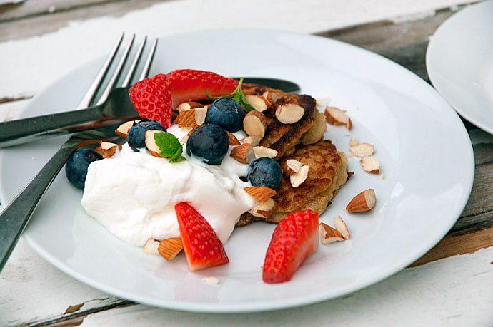 Bananpandekager og havregrynspandekager i én pandekage - få den sunde og lækre opskrift her og nyd bananpandekagerne til fx morgenmad